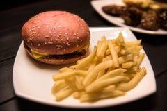 Los alimentos de preparación rápida, comida sabrosa, comida de la calle, asaron a la parrilla el pollo, hamburguesas, patatas fri fotografía de archivo libre de regalías