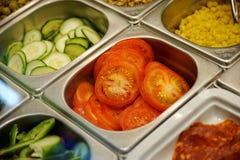 Los alimentos de preparación rápida frescos dividieron en cajas en un restaurante de los alimentos de preparación rápida Fotos de archivo