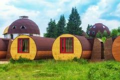 Los alojamientos únicos mezclan adentro con la naturaleza Vivienda de Eco Casa-barril al aire libre imagen de archivo