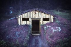 Los alojamientos mezclan adentro con la naturaleza Cobertizo inacabado, choza en el bosque imagen de archivo libre de regalías