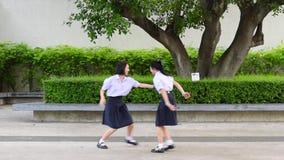 Los altos pares tailandeses asiáticos lindos del estudiante de las colegialas en uniforme escolar se están divirtiendo que juega  almacen de metraje de vídeo