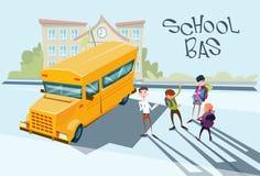 Los alumnos agrupan cerca de exterior amarillo de la escuela del autobús Imagen de archivo libre de regalías