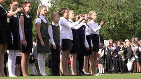 Los alumnos en coro de la celebración del día del conocimiento cantan una canción para todos los estudiantes y profesores de escu almacen de metraje de vídeo