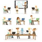 Los alumnos en sistema de la lección de la informática y de la programación, profesor que da la lección en sala de clase, embroma libre illustration