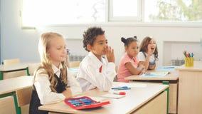 Los alumnos están participando activamente en clase Educación, concepto de la preparación almacen de video