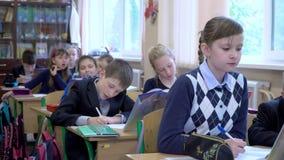 Los alumnos estudian en la escuela metrajes