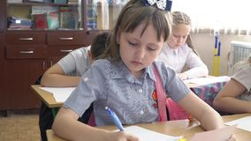 Los alumnos estudian en la escuela almacen de video