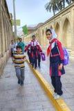Los alumnos iraníes están volviendo de escuela en una calle de la ciudad Imagen de archivo