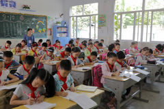 Los alumnos participan en examen de la clase Imagen de archivo