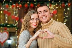 Los amantes celebran día del ` s de la tarjeta del día de San Valentín Imagen de archivo