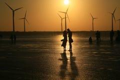 Los amantes disfrutan de su tiempo en la puesta del sol fotografía de archivo libre de regalías