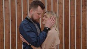 Los amantes están abrazando blando al aire libre, mirando el uno al otro con amor almacen de video
