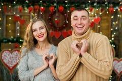 Los amantes felices celebran día del ` s de la tarjeta del día de San Valentín Fotos de archivo