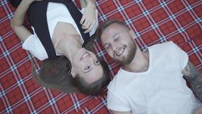Los amantes juntan la colocación en el piso que mira para arriba y que ríe Concepto de felicidad y de dulzura metrajes