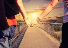 Los amantes juntan llevar a cabo las manos Imagenes de archivo