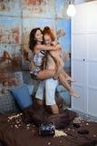 Los amantes ponen en la cama y suavemente el abrazo en un dormitorio del vintage Imágenes de archivo libres de regalías