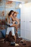 Los amantes ponen en la cama y suavemente el abrazo en un dormitorio del vintage Fotos de archivo libres de regalías
