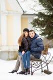 Amantes que se besan en el banco Fotos de archivo libres de regalías