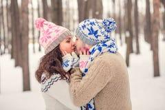 Los amantes que se besan una fecha en invierno parquean Imagen de archivo
