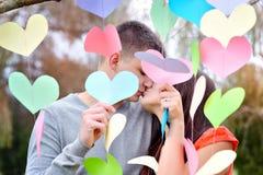 Los amantes se besan el día de tarjeta del día de San Valentín Fotos de archivo libres de regalías
