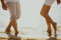 Los amantes se juntan en el mar Fotos de archivo