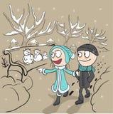 Los amantes sirven y el paseo de la mujer en parque del invierno Pares cariñosos en paseo Imagenes de archivo