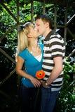Los amantes sirven y mujer en fecha romántica en parque Fotos de archivo libres de regalías