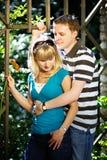 Los amantes sirven y mujer en fecha romántica en parque Imagen de archivo libre de regalías