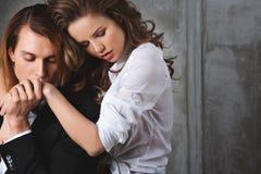Los amantes sirven y mujer en la camisa blanca que lleva a cabo las manos Fotos de archivo