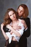 Los amantes sirven y mujer en vestido clásico Imagen de archivo