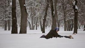 Los amantes sirven y mujer que cae en la nieve metrajes