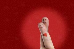 Los amantes son de abarcamiento y que llevan a cabo del corazón rojo Serie feliz del tema del día de tarjeta del día de San Valen Imagen de archivo