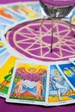 Los amantes, tarjetas de Tarot en un pentagram mágico. Fotos de archivo