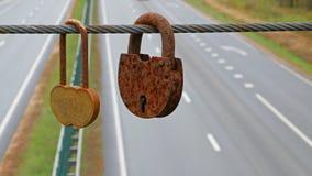 Los amantes tienden un puente sobre con las cerraduras numerosas del amor almacen de metraje de vídeo