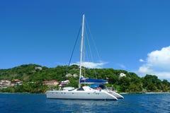 Los amarres cargan el yate cerca de Tortola, British Virgin Islands Imagen de archivo libre de regalías