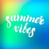 Los ambientes del verano dan las letras escritas en un fondo colorido Imágenes de archivo libres de regalías