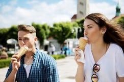 Los amigos adolescentes de los pares con helado Fotografía de archivo libre de regalías
