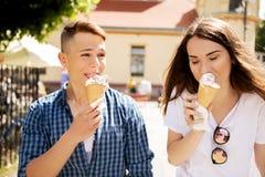 Los amigos adolescentes de los pares con helado Imagen de archivo libre de regalías