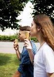 Los amigos adolescentes de los pares con helado Foto de archivo libre de regalías