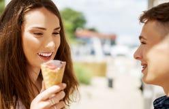 Los amigos adolescentes de los pares con helado Imagen de archivo