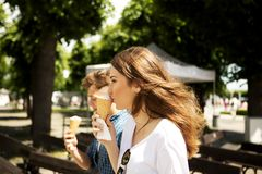 Los amigos adolescentes de los pares con helado Imágenes de archivo libres de regalías