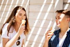 Los amigos adolescentes de los pares con helado Fotografía de archivo