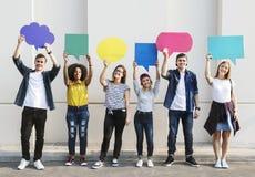 Los amigos adultos jovenes que soportan el copyspace llenan de carteles burbujas del pensamiento Foto de archivo