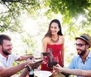 Los amigos al aire libre Vacation cenando colgando hacia fuera concepto Imagenes de archivo