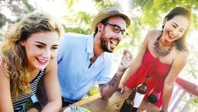 Los amigos al aire libre Vacation cenando colgando hacia fuera concepto Fotografía de archivo