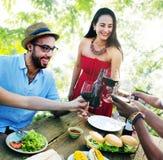 Los amigos al aire libre Vacation cenando colgando hacia fuera concepto Fotografía de archivo libre de regalías