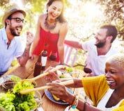 Los amigos al aire libre Vacation cenando colgando hacia fuera concepto Fotos de archivo
