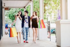 Los amigos asiáticos que hacen compras son que caminan y que hacen compras en stre de las compras Fotografía de archivo libre de regalías