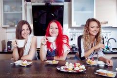 Los amigos beben té y el café en la cocina, retrato Fotos de archivo libres de regalías