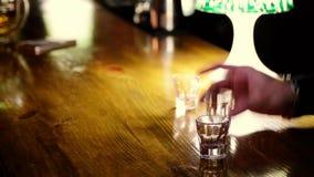 Los amigos beben tiros alcohólicos en club nocturno El hombre paga el dinero bebidas al camarero almacen de metraje de vídeo